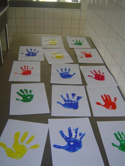 Mains à la peinture